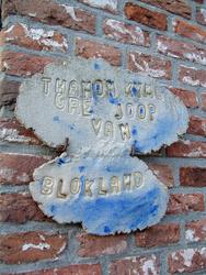 HGOM00000588 Muurtegeltje met namen van de bewoners Thamon Kymo Gré en Joop van Blokland