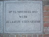HGOM00000599 Gevelsteen OBS: Laatste steen werd gelegd 25 november 1983