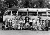 HGOM00000778 Schoolreisje met o.a. meester Heukelom. Voor namen zie Foto archief Oud-Middelye.