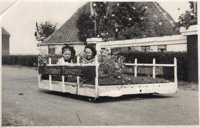 HGOM00000782 Praalwagen met Betsy Jacobs en Jan Vink voor de boerderij van Jacob Plas