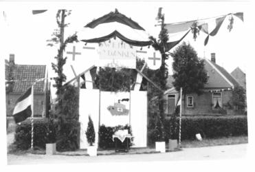 HGOM00001178 Erepoort met Sweden wij danken U tegenover de Rijweg (Klemweg) in Middelie ter ere van de bevrijding in 1945