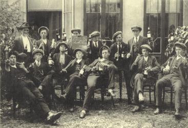 HGOM00001444 Leve de lichting 1918 Middelie-Warder 2 mei 1917 Derde van rechts met fles Jacob de Vos vader van Henk