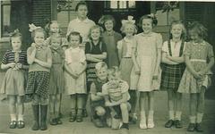 HGOM00001746 klassenfoto met juf. de Ruiter op het schoolplein