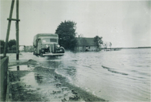 HGOM00000005 Inundatie van de Zeevang. De vrachtauto met huif van Gerrit Wakker. Zijn dochter Im moest als 14- jarig ...