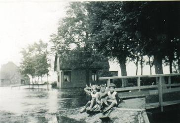 HGOM00000007 Inundatie van de Zeevang. Rechts het perceel Middelie nr. 19 W. van Wijk (J. Kater) op achtergrond de ...