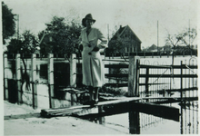 HGOM00000018 Echtgenote van de toenmalige burgemeester Drost, van Kwadijk, Middelie en Warder. Op de achtergrond de ...