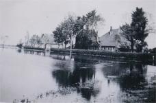 HGOM00000021 Boerderij van Joop Beets in inundatietijd. Boerderij van Joop Beets en huisje daarachter is van Cor Vink ...