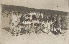 HGOM00001246 Schoolreisje naar Bakkum 1929 bovenaan 3e van Links Mr. Zinkweg