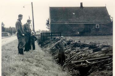 HGOM00001782 Wim Muts, Sjors Vroom, Piet Vink, John Schor en Piet Muts. Loonwerkers.