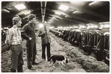 NNC-BM-0016 De familie Oud in in hun koeienstal