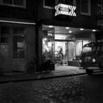 RJ000000038 Avondopname van de Breedstraat met Wouda Muziek in Purmerend.