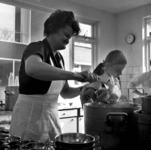 RJ000000052 Een medewerkster schept pannetjes vol in de keuken van De Avondzon ten behoeve van Tafeltje Dekje in de ...