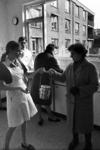 RJ000000053 Dames van het UVV (Unie van Vrijwilligers) nemen de pannetjes in ontvangst in de keuken van de Avondzon ...