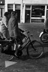 RJ000000055 Dames van het UVV op de fiets onderweg met pannetjes t.b.v. Tafeltje Dekje in de 70er jaren in ...