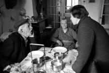 RJ000000057 Een medewerkster van het UVV bezorgt de warme maaltijd bij een bejaard echtpaar aan het Schipperspad in ...