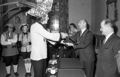 RJ000000302 Loco-burgemeester Beukenkamp reikt de stadssleutel uit aan Prins Hans I. (NNC 05-03-1973)