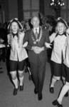 RJ000000303 Loco-burgemeester Beukenkamp met Vergulde Keutel om de nek en twee dansmariekes aan de arm. (NNC 05-03-1973)