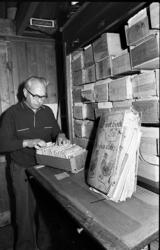 RJ000000376 C. Veenhuizen beheert het grootste familie-archief in Nederland.(NNC 24-01-1973)