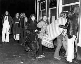 RJ000000388 Jongeren (krakers) met matrassen trekken het leegstaande Can Can pand in als protest tegen gevoerde ...