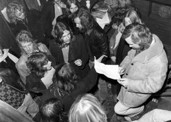 RJ000000390 Jongeren in gesprek met wethouder Han Bakker van Purmerend tijdens de bezetting van het leegstaand Can Can ...