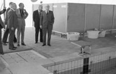 RJ000000435 De directeur van het WSBZ de heer D.M. van Wieringen (l) geeft uitleg in het Floraparkbad aan prins ...