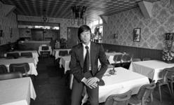 RJ000000515 Bedrijfsleider T.C. Poon in het nieuwe Chinees-Indisch restaurant Tai Wah aan de Lingerzijde in Edam.(NNC ...