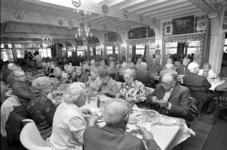 RJ000000576 Bejaarden van de St. Joseph en Waterland uit Purmerend besloten hun tocht met een maaltijd in Hotel ...