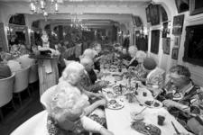 RJ000000608 De bejaarden van St Joseph en Waterland uit Purmerend genieten van hun maaltijd in Hotel Spaander ter ...