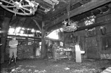 RJ000000684 Directeur John de Boer bekijkt het interieur van de door brand, in de nacht van 2 op 3 aug., vernielde ...