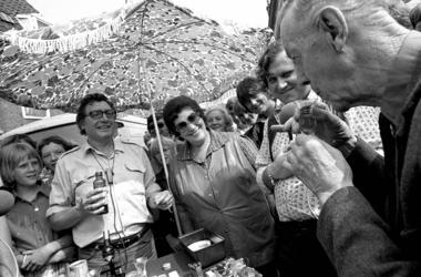 RJ000000708 Op de markt van Purmerend kijkt Rita Corita toe hoe er een glaasje gedronken wordt, samen met radiomaker ...