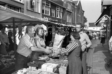 RJ000000715 Omdat Herman van Raalte 25 jaar op de Purmerendse markt staat brengen mw. V. de Wit en Cor Wouda hem en ...