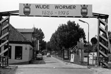 RJ000000748 De toegangspoort naar de Wijde Wormer bij Neck die de viering van 350 jaar bestaan aangeeft. (NNC ...
