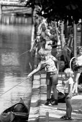 RJ000000753 Grote aandacht op de kade van de Voorhaven in Edam bij de jeugd viswedstrijd van A.V. Edam '68.(NNC 23-08-1976)