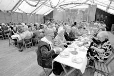 RJ000000754 In het feestpaviljoen kregen zaterdagmiddag de bejaarden uit de gemeente een broodmaaltijd aangeboden door ...