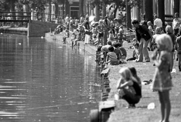 RJ000000756 Op de kades van de Voorhaven was het een drukte met deelnemertjes aan de jeugd viswedstrijd georganiseerd ...
