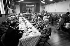 RJ000000814 Traditioneel klitten de mannen bijeen op de feestelijke bijeenkomst in gebouw Samuel om de 10-jarig bestaan ...
