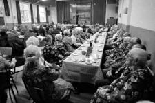 RJ000000815 Ook de dames vinden elkaar op de feestelijke bijeenkomst in gebouw Samuel om de 10-jarig bestaan van de ...