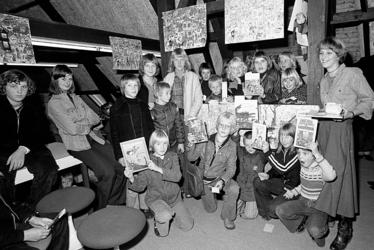 RJ000000823 De winnaars van de prijsvraag in kader van Kinderboekenweek bijeen in de Openbare Bibliotheek.(NNC 25-10-1976)