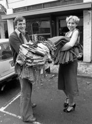 RJ000000830 Ruud Wagner met verkoopster Karin Clements bevoorraden hun nieuwe boetiek in de Peperstraat. (NNC 08-10-1976)