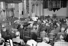 RJ000000852 In de Grote Kerk spreekt wethouder Dirk Stam de 83 deelnemers aan de reünie van het squadron 617, de ...