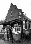 RJ000000880 Ome Cor en tante Klaartje de Vries samen met Moeke en Ome Chris voor het restaurant Concordia aan het ...