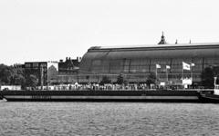 RJ000000956 Een van de pontons bestemd voor gas en oliewinning op de Noordzee, gebouwd bij de NDSM, vaart na zojuist te ...
