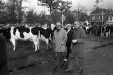 RJ000000098 Burgemeester Van Burg brengt een werkbezoek samen met wethouders en ambtenaren, aan de veemarkt in Purmerend.