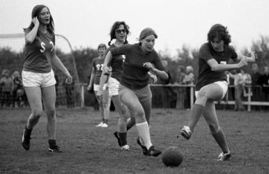 RJ000000176 De voetbalsters van het Stadsziekenhuis strijden tegen die van het St. Liduinaziekenhuis.(NNC 12-05-1972)