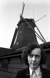 RJ000000297 De 18 jarige Purmerender molenaar Arie Butterman voor de enig overgebleven windpapiermolen 'De ...