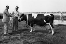 RJ000000572 Reina 6 met huldigingsjerp voor de productie van 100.000 liter melk met de trotse eigenaar veehouder S. ...