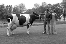 RJ000000631 Trotse melkveehouder C. Fauw en diens jarige dochter Erica showen Annie 56 die meer dan 50 kg. melk per dag ...