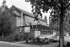 RJ000000788 De achterkant met parkeerplaatsen van het AMVO. Het restaurant en bioscoop werd 25 jaar geleden opgericht ...