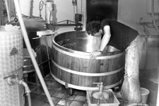 RJ000000898 Jan van der Snoek in de kaasmakerij van zijn proefboerderij aan het Roomeinde. (NNC 23-06-1978)