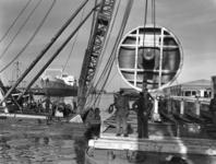 UPL000000025 Transport van de glanscilinder voor PM 22 in de haven Amsterdam. De glanscilinder werd per ...